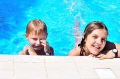 Brothe y hermana en la piscina imagen de archivo