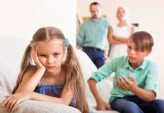 Brother calma a la hermana enojada Imágenes de archivo libres de regalías