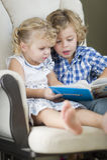 Brother joven y hermana Reading un libro junto imágenes de archivo libres de regalías