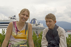 Brother and sister in front of a cruise liner Royalty Free Stock Photography