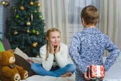 Brother va a dar a su hermana un regalo para Fotos de archivo libres de regalías