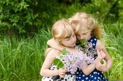 Brother y abrazo de la hermana Fotos de archivo libres de regalías