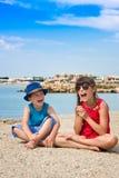 Brother y hermana al aire libre en ciudad de puerto Fotografía de archivo libre de regalías