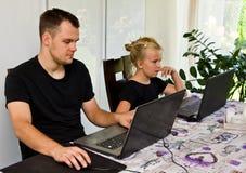Brother y hermana así como los ordenadores portátiles foto de archivo libre de regalías