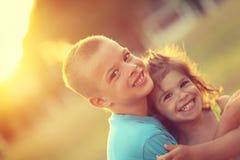 Brother y hermana en abrazo con amor y sonrisa feliz grande Shalow fotos de archivo
