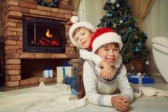 Brother y hermana en el sombrero de santa Imágenes de archivo libres de regalías