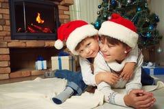 Brother y hermana en el sombrero de santa Fotografía de archivo