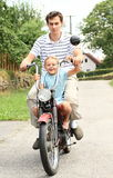 Brother y hermana en una moto Fotografía de archivo