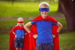 Brother y hermana que fingen ser super héroe Fotografía de archivo libre de regalías
