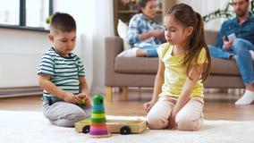 Brother y hermana que juegan con los bloques del juguete en casa almacen de video