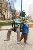 Brother y hermana que juegan en el oscilación Fotografía de archivo