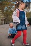 Brother y hermana que juegan en la calle Imagen de archivo libre de regalías
