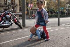 Brother y hermana que juegan en la calle Fotos de archivo libres de regalías