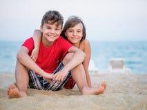 Brother y hermana que juegan en la playa Fotografía de archivo libre de regalías