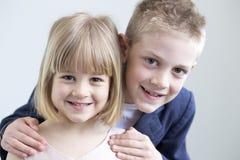 Brother y hermana que presentan para la cámara Fotos de archivo
