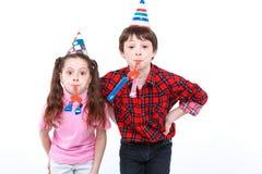 Brother y hermana que se divierten en el partido Fotografía de archivo