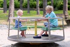 Brother y hermana que se divierten en el patio Imagen de archivo