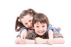 Brother y hermana que se divierten en el piso Foto de archivo libre de regalías