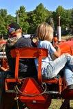 Brother y hermana que se sientan en un asiento del tractor Fotografía de archivo libre de regalías
