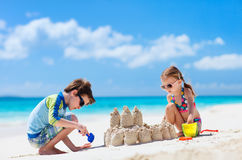 Dos niños que juegan en la playa fotos de archivo