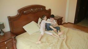 Brother y las luchas de la hermana y se empuja en casa en el dormitorio del ` de los padres el luchar para el teléfono almacen de metraje de vídeo