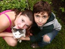 Brother y pares de los hermanos de la hermana con el gato Imagen de archivo libre de regalías