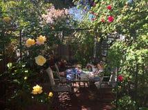 Brother y pintura de la hermana en el patio trasero de California Fotos de archivo libres de regalías