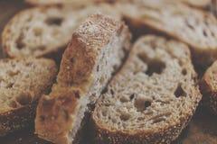 Brotkonzept Schneiden Sie frisches Brot auf einem Holztisch Makro geschmackvoll stockbild