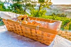Brotkorb auf Tabelle in der Landschaft Stockbild