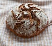 Brotlaib auf dem Tisch Stockfotos