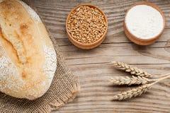 Brotlaib auf Holztisch Lizenzfreie Stockfotos
