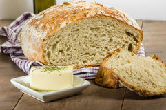 Brotlaib geschnitten mit Butter Lizenzfreie Stockfotografie
