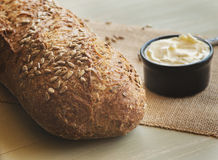 Brotlaib und Butter lizenzfreies stockfoto