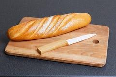 Brotlaib und keramisches Messer Stockbild