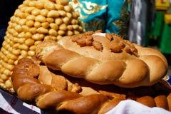 Brotlaibe mit Salz und Klemmeklemme sind eine nationale asiatische Zartheit, die vom Teig gemacht werden und Honig lizenzfreie stockfotos