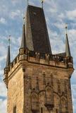 Brotorn Charles Bridge Litet torn av Malostranskaya på en bakgrund av närbilden för blå himmel Tjeckien Prague Februari Royaltyfria Foton
