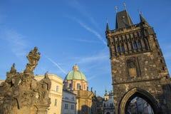 Brotorn på Charles Bridge i Prague Arkivbild