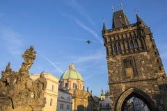 Brotorn på Charles Bridge i Prague Arkivfoto