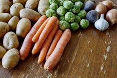 Brotos e batatas das cenouras com cebolas e alho fotos de stock