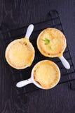 Brotpudding mit Käse Stockfotos