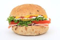 Brotsandwich in einem Burgerbrötchen lizenzfreie stockfotografie