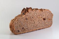 Brotscheibe auf weißem Hintergrund Lizenzfreie Stockfotografie