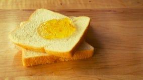 Brotscheibe mit Orangenmarmelade Stockfotos