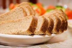 Brotscheiben auf einer Platte Lizenzfreie Stockfotos
