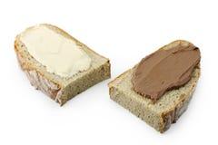 Brotscheiben mit Schokoladenverbreitung Stockfotografie