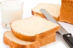 Brotscheiben und -milch Stockfoto