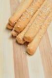 Brotstöcke grissini mit Samen des indischen Sesams Lizenzfreies Stockfoto
