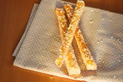 Brotstöcke mit Käse auf der Serviette Lizenzfreie Stockfotografie