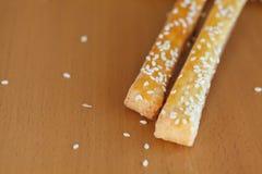 Brotstöcke mit Käse und indischem Sesam auf dem Tisch Lizenzfreie Stockfotografie