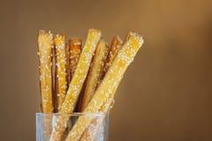 Brotstöcke mit Käse und indischem Sesam im Glas Stockfotografie